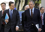 Russian Foreign Minister Sergey Lavrov, right, and Polish Foreign Minister Radoslaw Sikorski walk during their meeting in Moscow, Russia, Wednesday, May 6, 2009. (AP Photo/Alexander Zemlianichenko)