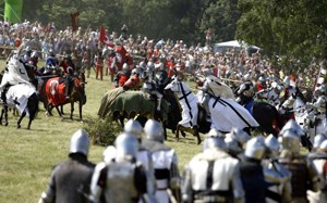 Re-enactors take part in a re-creation of the battle of Grunwald July 18, 2009. The battle took place in 1410 between Teutonic order knights and Polish and Lithuanian knights in Grunwald, north Poland. REUTERS/Peter Andrews (POLAND ANNIVERSARY MILITARY)